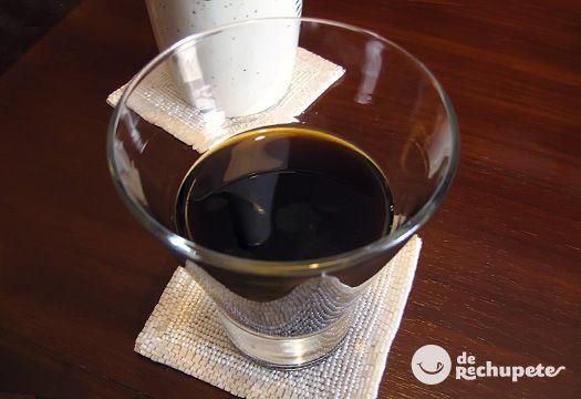 Licor de café gallego - INGREDIENTES  1 litro de aguardiente blanca  150 g de café molido mezcla o descafeinado  500 g de azúcar  1 cáscara de un limón  1 cáscara de una naranja  3 onzas de chocolate negro  1 rama de canela