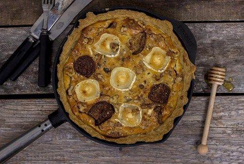 Annas kompis mammas paj! De recept som är bra har en tendens att vandra mellan människor och spridas i stort. Så är det med den här pajen. Den har lagats och ätits och nu kommit i våra händer. Chèvre, fikon och valnötter är riktiga smakkompisar! Toppad med honung blir denna matpaj lite annorlunda, lite söt men väldigt god. Servera tillsammans med en sallad med sälta för att skapa den perfekta balansen!