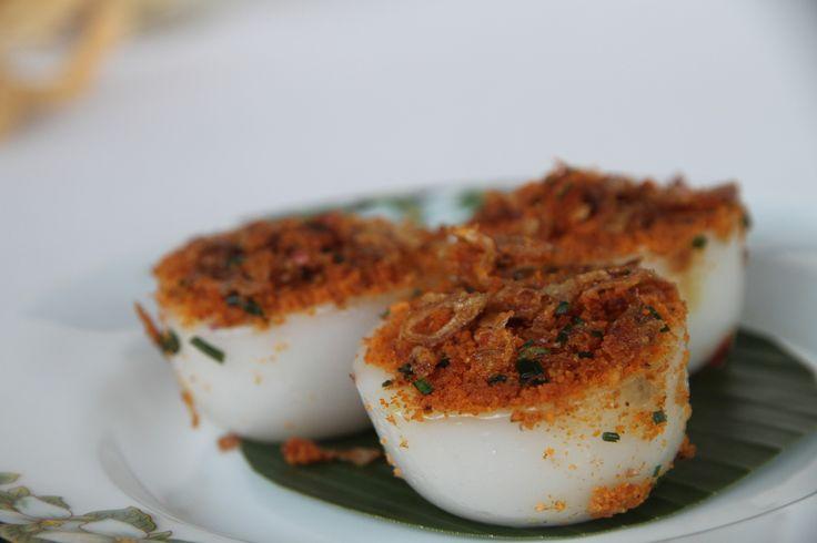 Kue Talam Bumbu. Bahan dasar dari Talam bumbu adalah tepung beras dan santan. Bumbu yang terbuat dari rempah dan kelapa parut, campuran ebi serta bawang goreng.  Bisa dipesan dengan harga Rp2.000 per buah
