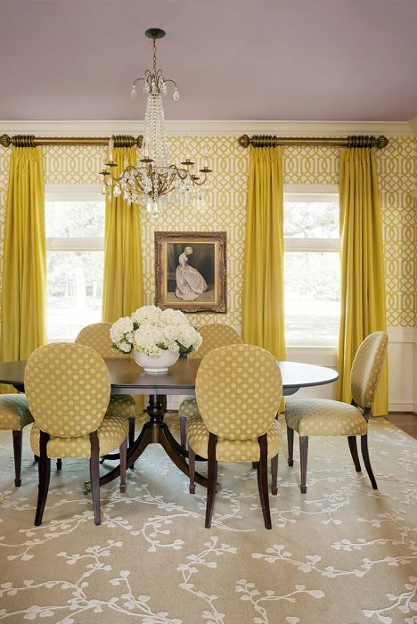 Горчичные оттенки преобладают в оформлении столовой с симпатичными шторами в тон.