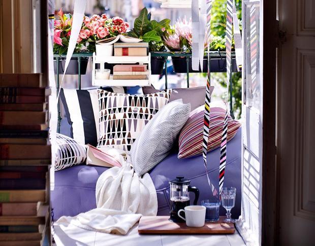 Balkon mit farbigen Textilien von Ikea
