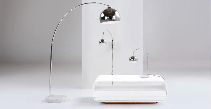 De stijlvolle Bow staande lamp met verstelbare arm en sferische lampenkamp met scharneren in chroom is een stijlvolle aanwinst voor eigentijdse woonkamers.