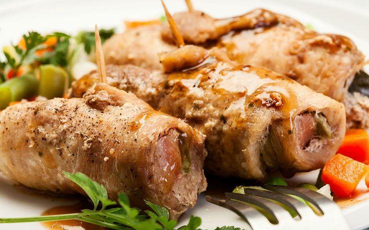 İnceltilmiş biftek dilimleri ve mevsim sebzelerinin baharatlarla tatlandığı bir harç. İkisi bir araya gelip rulo olduğunda da ortaya biftek sarma çıkıyor.