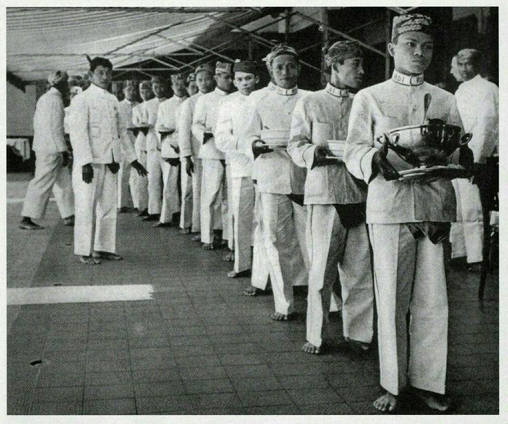 De rìjsttafel van de Hotel des Indes te Batavia 1940-1942.