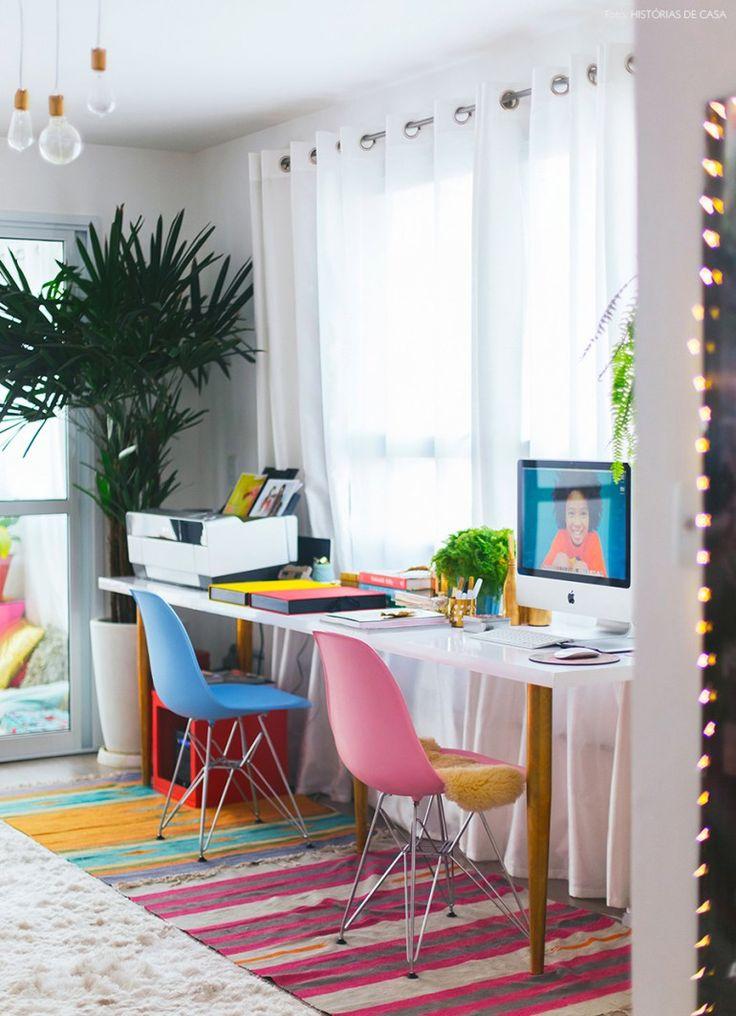 14-decor-mesa-trabalho-pes-dourados-cadeiras-coloridas-eames