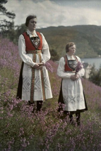 Autochrome: Gustav Heurlin. Norwegian women from Ulvik in a field of wildflowers. Hardanger Fjord, Norway.Between 1919 and 1931.