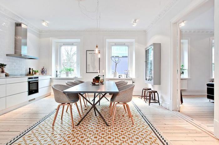 cuisine scandinave, tapis géométrique, chaises en bois et textile et grande table rectangulaire
