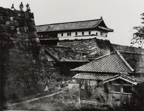 江戸城、上梅林門と二の丸喰違門(1871年横山松三郎撮影)