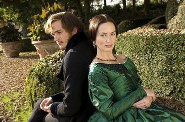 Když mladičká Viktorie (Emily Blunt) nastupuje na anglický královský trůn, ocitá se vprostředí plném turbulentních zvratů, intrik alstí, kde není možné věřit ani členům vlastní rodiny. Historické drama Královna Viktorie sleduje první roky její…