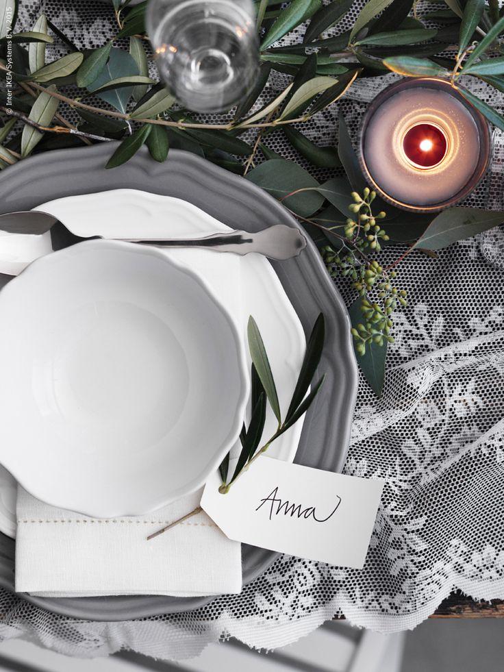 Här har vi blandat vitt och grått porslin för en sober känsla. ARV tallrik, assiett och skål tillsammans med SKUREN bestick och GULLMAJ linneservett. Som placeringskort använder vi den vita sidan av etikett VINTER 2015, i guldfärgat och silverfärgat.