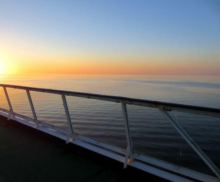 Kohti auringonlaskua laivan kannella.