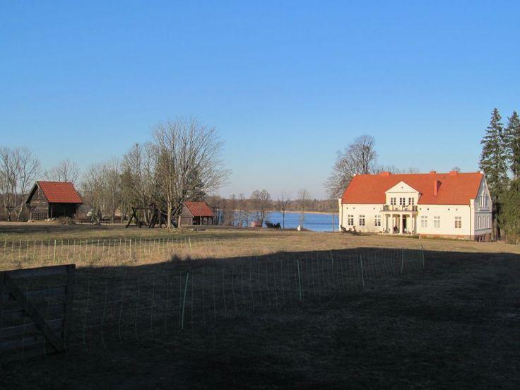 Dwór położony jest nad jeziorem Jełmuń.  www.it.mragowo.pl