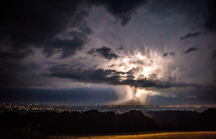 MÉTÉO - La vigilance orages a été levée pour les huit départements qui étaient encore maintenus sous suivi ce mardi matin. Dans le Tarn-et-Garonne, une jeune femme a péri dans sa voiture écrasée par un arbre et un chauffeur routier bulgare a été foudroyé en Charente. Plus 50.000 foyers ont été privés d'électricité. (via Le Figaro)