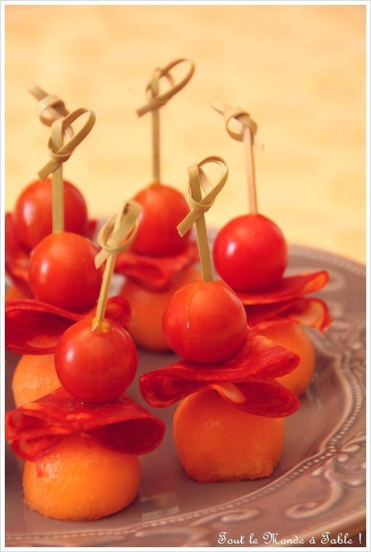 Brochettes de melon , chiffonade de chorizo doux et tomate cerise