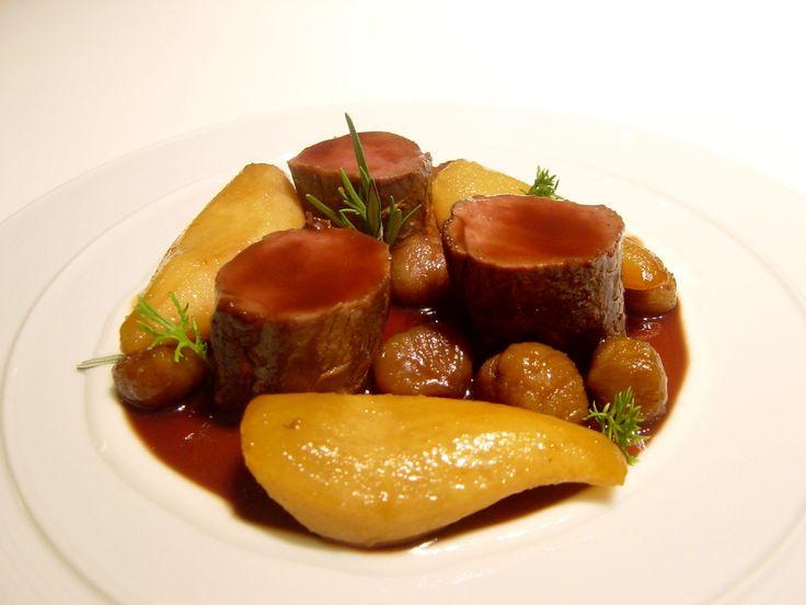 Lomo de venado asado con peras y castañas.