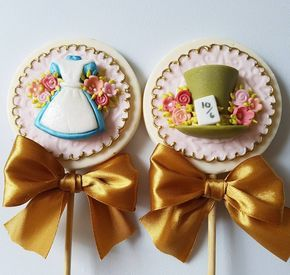 "157 curtidas, 7 comentários - Mila Loss - doces decorados (@milalossdoces) no Instagram: ""Pirulitos de chocolate - Festa Alice no País das Maravilhas ⏱♥♠ #festaalicenopaisdasmaravilhas…"""