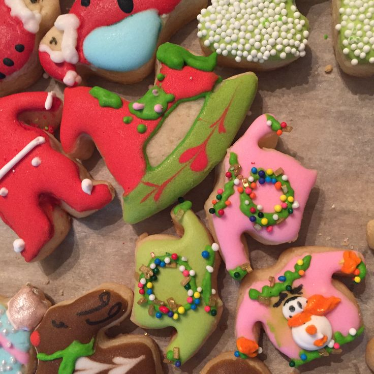 Super cute tiny cookies, xxs ugly Christmas sweater cookies and xxs red long johns, cute ideas for fun Christmas  cookies, fir more ideas like this visit www.milgrageas.com