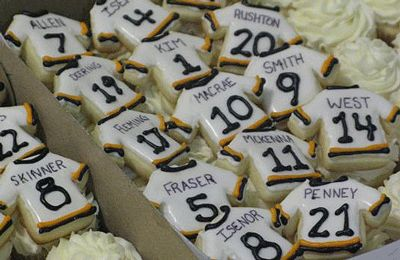 Adorable hockey jersey cupcakes! @ericemcleod You need to do this! Lol