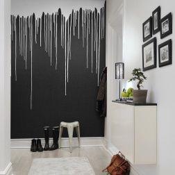 La couleur du plafond est-t-elle devenue fluide, coulant goutte à goutte le long du mur ? Un effet charmant et inattendu crée cette peinture qui coule dans votre maison. Ce papier peint joue avec le spectateur et donne vie à n'importe quelle pièce qui a besoin d'un coup de pouce. La couleur blanche sur une surface de béton noir crée un contraste intéressant, ce papier peint flirte avec notre sens de l'humour quand il se trouve dans un bureau d'une entreprise ou dans un hall. Avec notre…