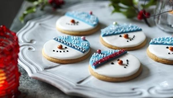 déco des biscuits de Noël: bonhommes de neige avec fondant