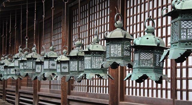 Kasuga-taisha Kasuga-taisha  Le Kasuga-taisha est un sanctuaire shinto établi en 768 et reconstruit plusieurs fois au cours des siècles. L'intérieur est célèbre pour ses nombreuses lanternes de bronze, alors que l'extérieur se distingue par ses nombreuses lanternes de pierre qui mènent au monument.