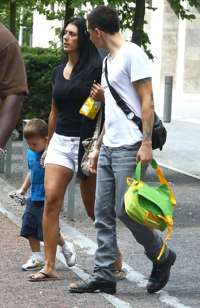 Linkin Park frontman CHESTER BENNINGTON, wife TALINDA and son TYLER LEE leaving the Ritz Carlton hotel for a stroll through Berlin. (21-Julio-2009)