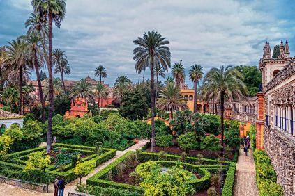 Από την τεράστια ηλιόλουστη Plaza de España στην καρδιά της πόλης, που μοιάζει να αψηφά την επέλαση του χειμώνα, έως τους καταπράσινους κήπους του Alcázar (Αλκάθαρ), του βασιλικού παλατιού με τις αυλές και τις εξαίσια διακοσμημένες λιμνούλες, ανάμεσα σε φοίνικες, εσπεριδοειδή και κάθε λογής λουλούδια, η Σεβίλλη γοητεύει καθώς υποδέχεται την άνοιξη.