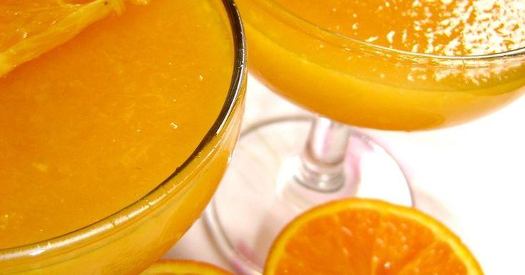 お水は使わないで、オレンジジュースのみで作った美味しくて爽やかなオレンジゼリー♪ 食べるオレンジジュースみたい!レンジのみで簡単に出来ます。