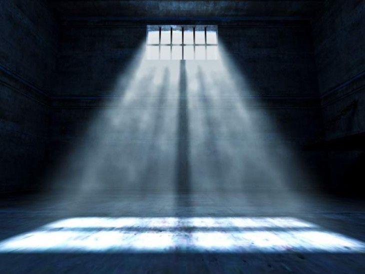 Francis-Ce photo est d'un cellule de prison. J'ai mettre ce photo parce que quand Milady est capture par a frere, Lord de Winter. Je peux pas trouve un citation excatement quand elle dit que elle est en prison, mais je sais qu'elle est en prison parce que elle pose quelle crime elle fait.
