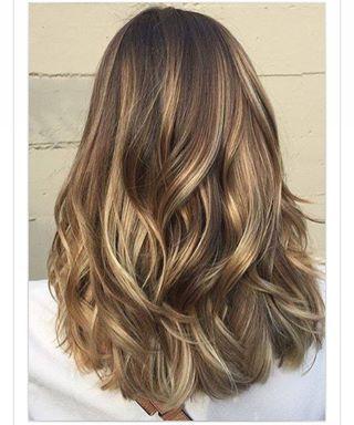 Gente, tô querendo esse cabelo... Será que dá certo? Meu cabelo cresce MUITO rápido, o @cleitonmirandabastos disse que só retoca depois de 3 ou 4 meses , e eu fico agoniada com essa raiz grande, dou conta não!  Achei esse lindo, ainda é claro, porque de cabelo escuro eu nem me reconheço, e a raiz não fica gritando... o que vocês acham? ☺️