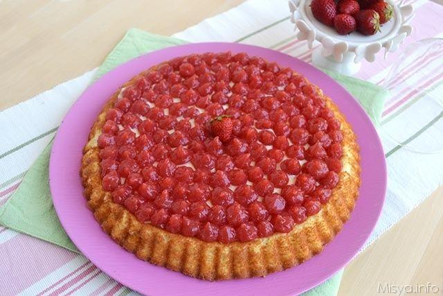 Buongiorno, la ricetta di oggi è una crostata a base morbida farcita con una crema al mascarpone e decorata con una delicata gelatina alla fragola ed è