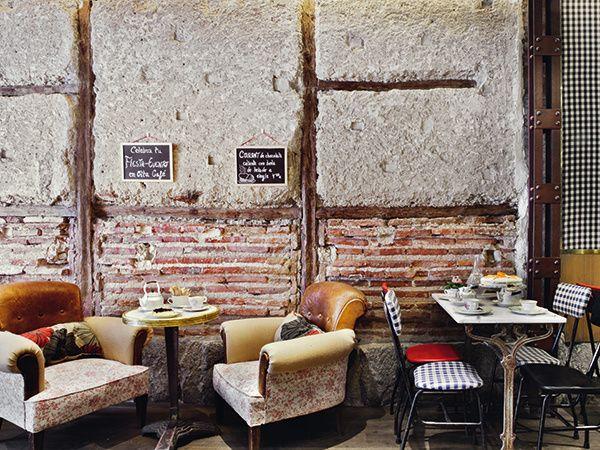 Oita: Dulce taller La mezcla del savoir-faire, decorativamente hablando, de El Anticuario de Belén y la prestigiosa pastelería de Pomme Sucre ha cocido Oita, un café ideal para disfrutar de un desayuno, merienda o lunch al British style. Imprescindibles sus tartas de zanahoria o sus apetecibles platos de cuchara, entre muros de argamasa, sillas de cole tapizadas, mesas de bistró o antiguos sillones club. Madrid: Hortaleza, 30.