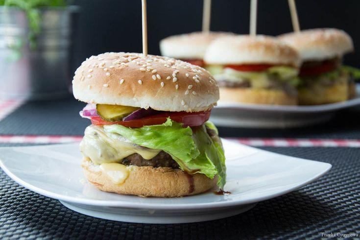Wychodząc naprzeciw nowej modzie na burgery, podajemy nasz przepis:) Coraz pojawiają się ostatnio nowe knajpy specjalizujące się stricte w serwowaniu burgerów. Burger przechodzi teraz renesans, pokazuje swoją nową lepszą odsłonę. Kojarzony głównie z sieciówkami, w końcu stracił etykietę niezdrowego fast foodu a zyskał nową, kojarzoną z tym co robione z wyrobów najwyższej jakości. We...Read More »
