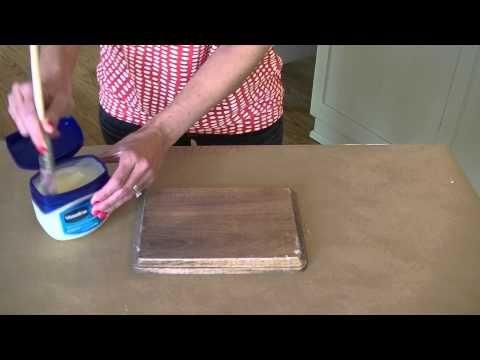 Astuce du Chef Assia : En appliquant de la Vaseline sur du bois, elle réalise une technique de peinture incroyable!