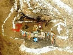 """Un altar dedicado a Jesús Malverde, el """"santo de los narcotraficantes"""", fue hallado por soldados mexicanos en un recorrido con la prensa por un narcotúnel en Tijuana, que fue descubierto , que llegaba hasta Estados Unidos, informaron hoy fuentes militares"""