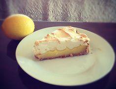 Ma mère a toujours faite la tarte au citron meringuée avec unecroûtede biscuits Graham. C'est devenu ma version de cette tarte, si simple à réaliser. Voici ma première tarte au citron, un excellentdessertsanté facile à préparer. Selon votre goût pour le citron, vous pouvez en utiliser un à deux, moi j'en ai utilisé un gros et le goût était juste assez acidulé. Ingrédients: Croûte: 1 ¼ tasse (150 g) de chapelureGraham 1/4 tasse de beurre Garniture: 1/2 tasse de sucre 1 tasse d'eau Le…
