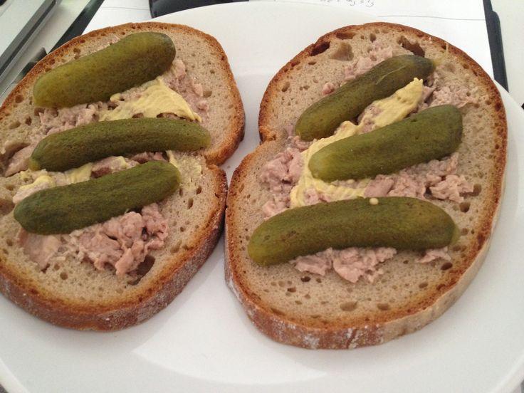Trescia pecen na chlebe s uhorkami o_o ma naucili stari rodicia...