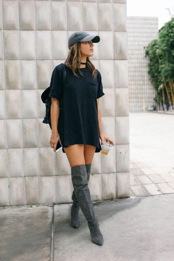 t-shirt long noir   botte haute grise   casquette grise   collier ras de cou   sac noi