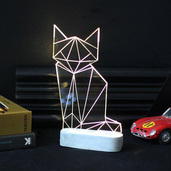 Mooie moderne kat lamp, laser gegraveerde bos thema decoratieve lamp.  Moderne eenvoud toevoegen en humor om uw huis of kantoor met deze lamp handgemaakt kat. Wordt geleverd met een betonnen basis.  De lamp wordt geleverd met on/off clicker en snoer, normen wereldwijd 100v-240v - EU plug past. Klanten uit de VS zal vereisen een standaard probleem-adapter.  Verlicht door verborgen LEDs, zal het enige ruimte fleuren terwijl uw elektriciteitsrekeningen tot een minimum beperkt.  Hoogte: 22 cm…