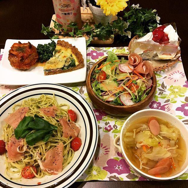 kasu__umi今日の夕食 ✳︎ #生ハムとトマトのジェノベーゼ #トマト煮込みハンバーグ #ハムとほうれん草のキッシュ ✳︎ 明日はホワイトデー&結婚記念日です。 が、先日のディズニーで前祝いをしたので、ささやかにケーキだけ(o´罒`o) ✳︎ #夜ごはん #晩ごはん #夕食 #おうちごはん #dinner #料理 #料理写真 #cooking #instafood #instagood #food #foodpics #パスタ