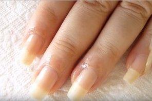 Prirodzené nechty, ktoré sú dlhé a pevné ako zo salónu krásy? Tento trik si zamiluje každá žena