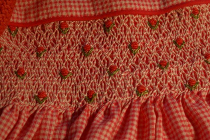 NIDO DE ABEJA Un tipo de bordado empleado en trajes de niñas, en el periodo de entreguerras.