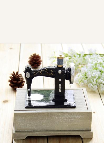 Symaskin oppbevaring Søt oppbevaringseske som ser ut som en vintage symaskin. Symaskinen er bare til pynt, og ikke funksjonell. Boksen åpnes ved at du drar lokket ut til siden. En flott plass å oppbevare nål og tråd! Kr 379,-
