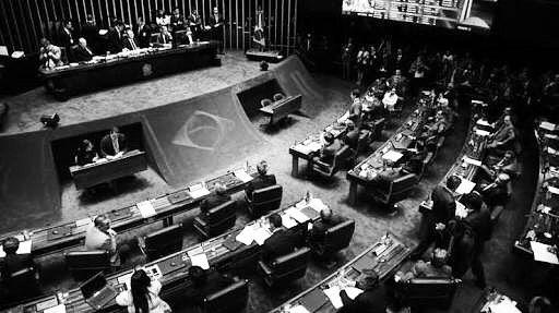 20 horas! Esse foi o tempo de duração da sessão que decidiu pelo julgamento da Presidente afastada Dilma Rousseff no Senado. Com 81 Senadores temos o tempo insano médio de 14 minutos por foto. Levando em conta que o voto é um simples sim ou não ... Está aí prova clara da ineficiência da casa. O resultado final ficou em 59 a 21 em favor do julgamento da presidente afastada. #Brazil #Brasil #Politica #politics #geekonomics