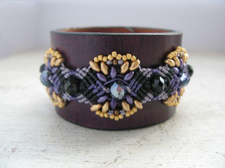 Leather bracelet with micro macrame.