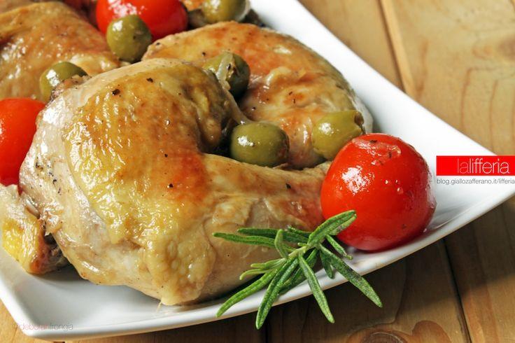Il pollo con olive e pomodorini è un secondo colorato e saporito; semplicissimo da preparare, è pronto in tavola in 30 minuti.