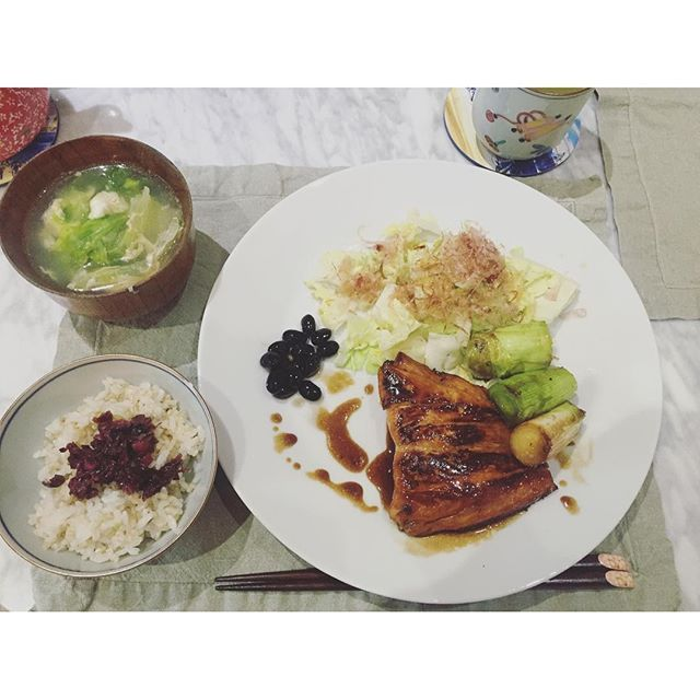 shiorylifexxDinner| Teriyaki salmon and leek, steamed cabbage with dried bonito flakes, sweet black soy, lettus egg chinese style soup, brown rice with Japanese pickle 鮭の照り焼きリーグネギ添え、蒸しキャベツ、真空パック黒豆、レタスと卵の中華スープ、白米玄米とお漬物。 ご飯お代わりした。 #dinner #teriyakisalmon #salmon #cabbage #brownrice #washoku #japanesefood #cooking #shiorylife #shioris__kitchen #foodporn #instagood #yum #healthy #nutritious #fish #vegetables #鮭の照り焼き #鮭 #サーモン #キャベツ #黒豆 #玄米 #レタス #卵 #中華スープ #お漬物 #日本食 #夜ごはん #おうちごはん