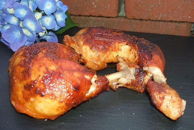 """Texas Chicken, etwas einfaches und besonderes sollte es sein. Natürlich aus dem Dutch Oven. Also was liegt näher als sich ein paar lecker Keulen zu besorgen und diese im ersten Schritt mit dem BBQ Rub von Ankerkarut zu veredeln. Die Zutaten: 8 - 10 Hähnchenkeulen (je nach Größe und vorhandenem DO) Texas Chicken Gewürz 100ml Ahornsirup 150ml BBQUEGRILL & BUCHENHOLZ """"Wia greichad"""" Soße ..."""