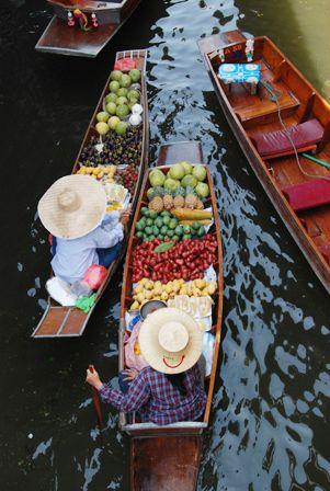 新鮮なフルーツや食べ物がいっぱい!タイ水上マーケット タイのおすすめ観光名所