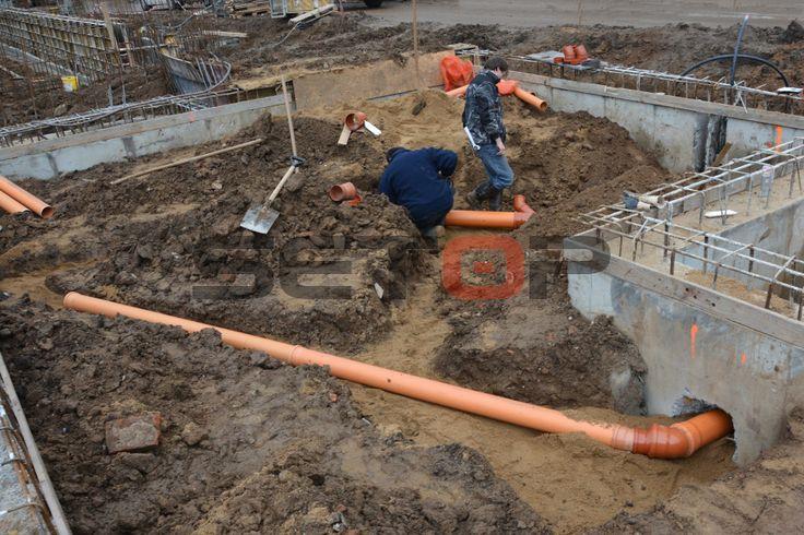 Jundrovské zahrady Brno  Provádíme kompletní dodávku přípojek, vody, kanalizace, koupelen, topení a kotlů na developerském projektu Jundrovské zahrady Brno. Naši instalatéři právě provádí montáž kanalizačního KG potrubí a přípojku vody Brno. Projekte Building, pipe installation, Sewer pipe installation, Abwasserrohre, Installation von Abwasserleitungen für Haus.